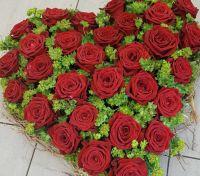 Herz_mit_roten_Rosen